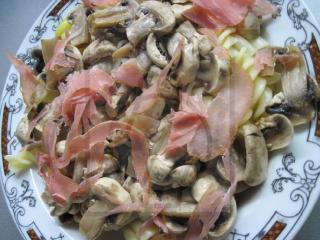 Teigwaren mit Champignons und Tiroler Schinken