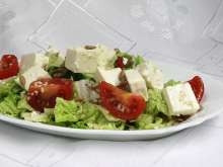 Gemüsesalat mit Feta-Käse