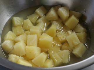 Ananasstücke pürieren