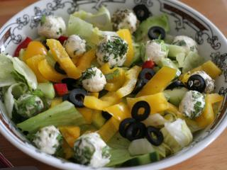 Gemischter Salat mit Käsekügelchen