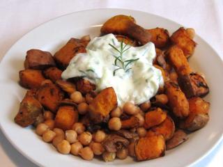 Süßkartoffeln mit Kichererbsen und Joghurt-Gurken-Dressing