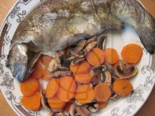 Forelle mit Zwiebel, Möhre und Champignons