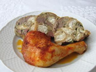 Gebackene Hühnereschenkel mit der Füllung