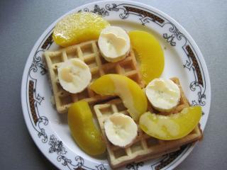Waffeln mit Obst und Karamelllikör