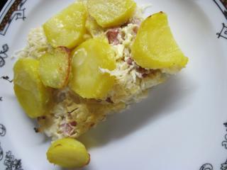 Kartoffeln mit geräuchertem Fleisch und Sauerkraut gebacken