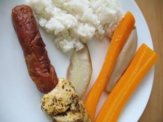 Geflügelspieß mit Möhre und Birnen im Dampftopf