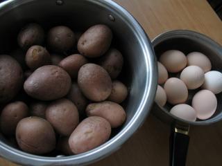 Zubereitung von Kartoffeln und Eiern
