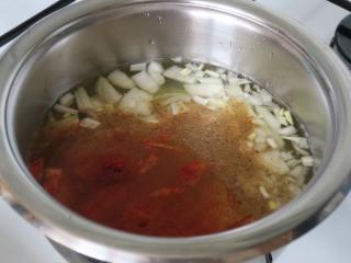 Kochen des Kartoffel-Zwiebel-Grundes