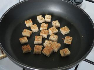Die Vorbereitung von gerösteten Gebäck - Croutons aus Brot