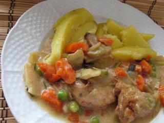 Mariniertes Hühnerfleisch mit asiatischem Gemüse