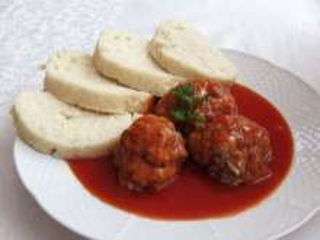 Fleischkugeln mit Knödel und Sauce