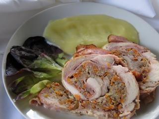 Hühnerroulade mit dem Hackfleisch gefüllt