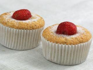 Feine Muffins mit Bananen und Erdbeeren.