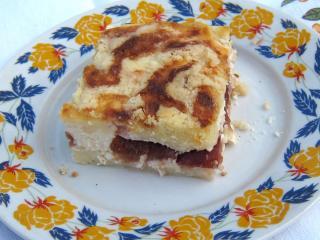 Gestreuter Quarkkuchen