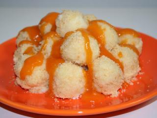 Quark-Kügelchen mit Aprikosen-Sauce