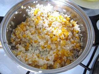Zubereitung vom Reis mit Mais