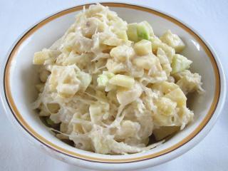 Sauerkraut Salat mit Äpfeln und Bananen