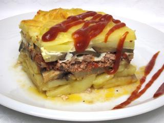 Gebratene Kartoffeln mit Fleisch und Gemüse