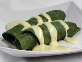 Spinat-Palatschinken mit Käsesauce