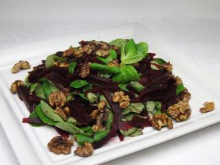 Feldsalat mit Beete und Nüssen