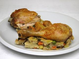 Hühnerstücke auf Gemüsefüllung mit Kichererbsen