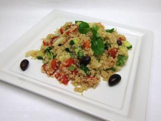 Quinoa-Salat mit frischem Gemüse