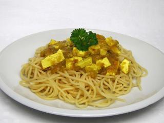 Kurkuma pikanter Tofu mit Spaghetti