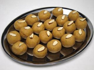 Kichererbsen Kugeln mit Mandeln