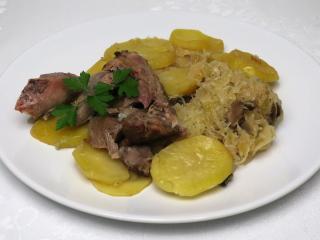 Gebratener Truthahn auf Sauerkraut mit Kartoffeln