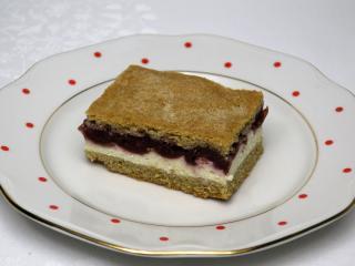 Quark-Kuchen mit Kirschen