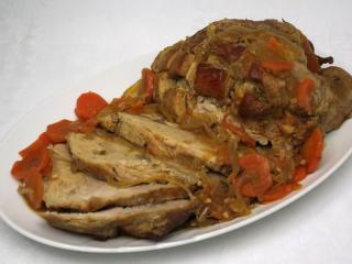 Gebratenes Schweinefleisch auf Zwiebel mit Karotte