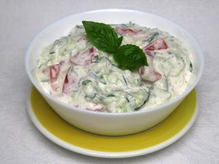 Tomaten-Gurken Salat mit saure Sahne
