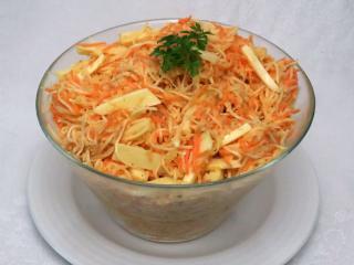Sellerie-Karottensalat mit Käse