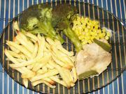Putenbrust auf Mais mit Pommes Frites und Brokkoli