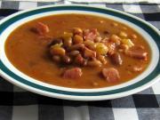 Suppe aus Hülsenfrüchtemischung mit geselchter Schweinshaxe
