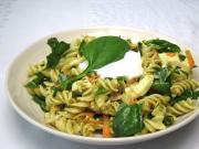 Spinat - Salat mit Teigwaren und Mozzarella