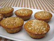 Maismuffins mit Rosinen und Sesam